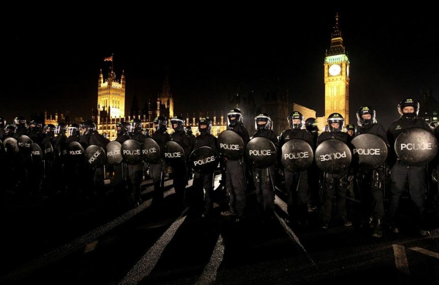 Unidades antidisturbios de la policia ante el Parlamento británico